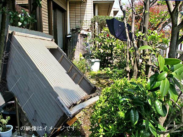 台風で倒れた物置き